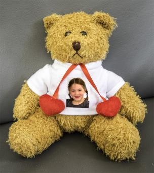 Teddybär mit roten Herzen